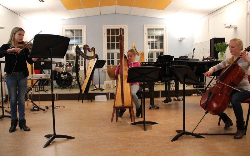 familie voorspeelavond muziekschool Boedijn te Hoorn (Inez, Emma en Dana)